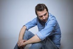 Deprimierte Mannatelieraufnahme Stockfotos