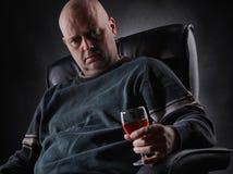 Deprimierte Mitte gealtertes Alkoholiker- und Weinglas Lizenzfreie Stockfotos