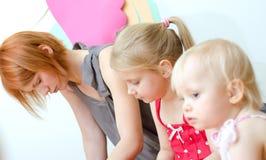 Deprimierte Mutter mit ihren Töchtern Lizenzfreie Stockfotografie