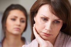 Deprimierte Mutter mit jugendlicher Tochter Stockfotos