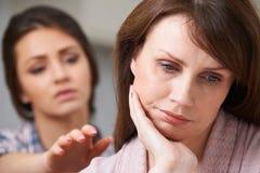 Deprimierte Mutter mit jugendlicher Tochter Stockfotografie