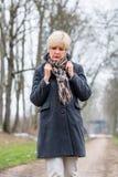 Deprimierte oder traurige Frau, die in Winter geht Lizenzfreies Stockbild
