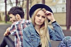 Deprimierte Paare Deprimierte junge Hippie-Paare, die hinteres t sitzen Stockfoto