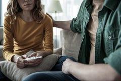 Deprimierte Paare, die über weiblichen schwangeren Zustand herausfinden Lizenzfreie Stockfotografie