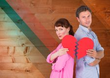 Deprimierte Paare, die defektes Herz halten Lizenzfreies Stockfoto