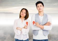 Deprimierte Paare, die defektes Herz halten Stockbild
