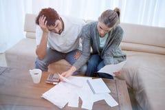 Deprimierte Paare, die ihre Buchhaltung tun Lizenzfreie Stockfotos