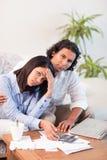 Deprimierte Paare, die ihre Rechnungen überprüfen Stockfotos