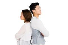 Deprimierte Paare, die zurück zu Rückseite stehen Stockfotos
