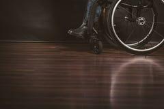 Deprimierte Person auf Rollstuhl Lizenzfreies Stockbild