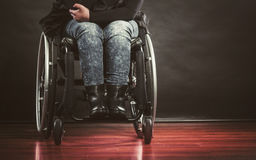 Deprimierte Person auf Rollstuhl Stockbilder