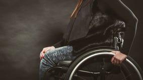Deprimierte Person auf Rollstuhl Lizenzfreies Stockfoto