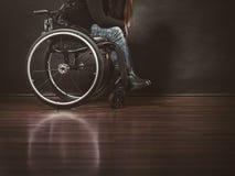 Deprimierte Person auf Rollstuhl Stockfotos