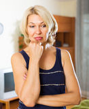 Deprimierte reife Blondine Lizenzfreies Stockfoto