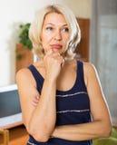 Deprimierte reife Frau im Raum Stockfotografie