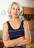 Deprimierte reife Frau zu Hause Lizenzfreie Stockfotos