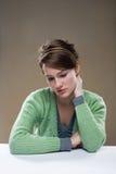 Deprimierte schauende junge Brunettefrau. Stockbild