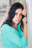 Deprimierte schreiende Frau zu Hause Stockbilder