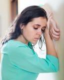 Deprimierte schreiende Frau zu Hause Stockfoto