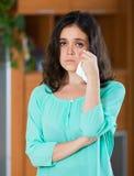 Deprimierte schreiende Frau zu Hause Stockfotografie