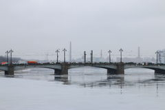 Deprimierte Stadtlandschaft mit einer Brücke Stockfotos