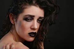 Deprimierte traurige denkende Frau auf schwarzem Hintergrund Lizenzfreies Stockfoto