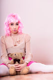Deprimierte traurige Frau mit Teddybären Stockfotos