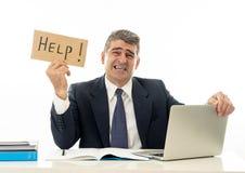 Deprimierte traurige und frustrierte Mitte alterte den Geschäftsmann, der ein Hilfszeichen hält lizenzfreie stockbilder