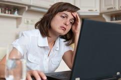 Deprimierte und müde Geschäftsperson bei der Arbeit Lizenzfreies Stockbild