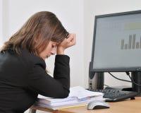 Deprimierte und müde Geschäftsperson in der Arbeit Lizenzfreies Stockfoto