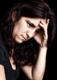 Deprimierte und traurige Frau getrennt auf Schwarzem Stockfoto