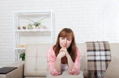 Deprimierte und traurige mittlere Greisin, die zu Hause auf Bett, Trainer, Sofa sitzt Kopieren Sie Raum und verspotten Sie oben Stockbild