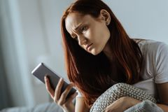 Deprimierte unglückliche Frau, die eine unangenehme Mitteilung empfängt Lizenzfreies Stockbild