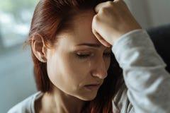 Deprimierte unglückliche Frau, die ihr Leid ausdrückt Stockbilder
