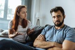 Deprimierte unglückliche Frau, die ihren Freund betrachtet Stockbild