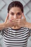 Deprimierte unglückliche Frau, die nicht über ihre Probleme spricht Lizenzfreies Stockbild