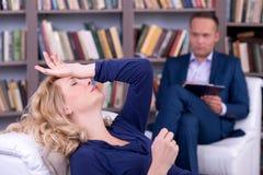 Deprimierte unglückliche Frau mit dem Psychologen Lizenzfreie Stockbilder