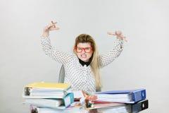 Deprimierte verärgerte Geschäftsfrau, die am Schreibtisch sitzt Stockfotografie
