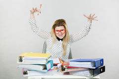 Deprimierte verärgerte Geschäftsfrau, die am Schreibtisch sitzt Stockfotos