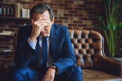 Deprimierter älterer Mann, der Probleme hat Lizenzfreie Stockbilder
