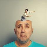 Deprimierter älterer Mann mit schreiender Geschäftsfrau Lizenzfreies Stockfoto