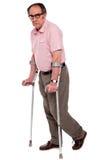 Deprimierter älterer Mann mit zwei Krückeen Stockbilder