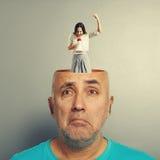 Deprimierter älterer Mann und schreiende Frau Lizenzfreie Stockfotografie