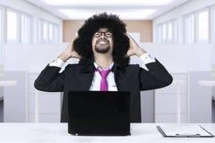 Deprimierter Afrogeschäftsmann im Büro Lizenzfreie Stockfotografie