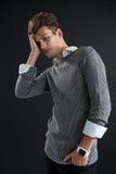 Deprimierter androgynischer Mann, der Hand auf Kopf aufwirft Stockbilder