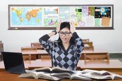 Deprimierter Anfänger, der in der Klasse studiert Stockbilder