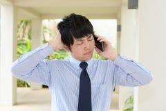 Deprimierter asiatischer Geschäftsmann Stockfoto