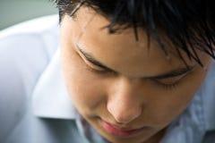 Deprimierter asiatischer Mann Stockfotografie