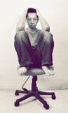 Deprimierter asiatischer Mann, der im Stuhl sitzt Stockfoto