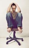 Deprimierter asiatischer Mann, der im Stuhl sitzt Stockfotos